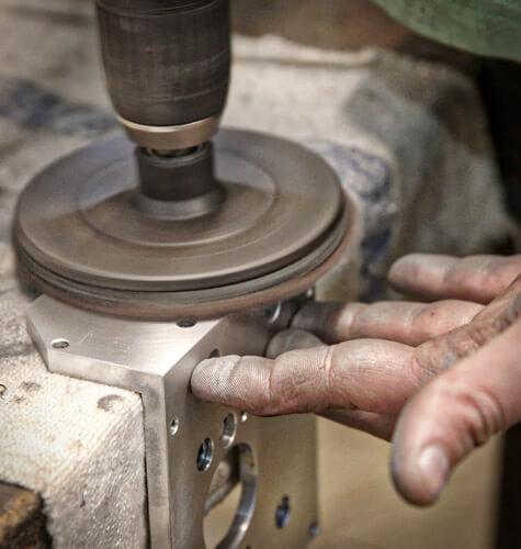 Leštenie a povrchová úprava vyrobenej kovovej súčiastky